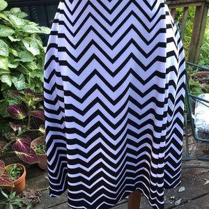 Super cute wavy pattern black and white skirt